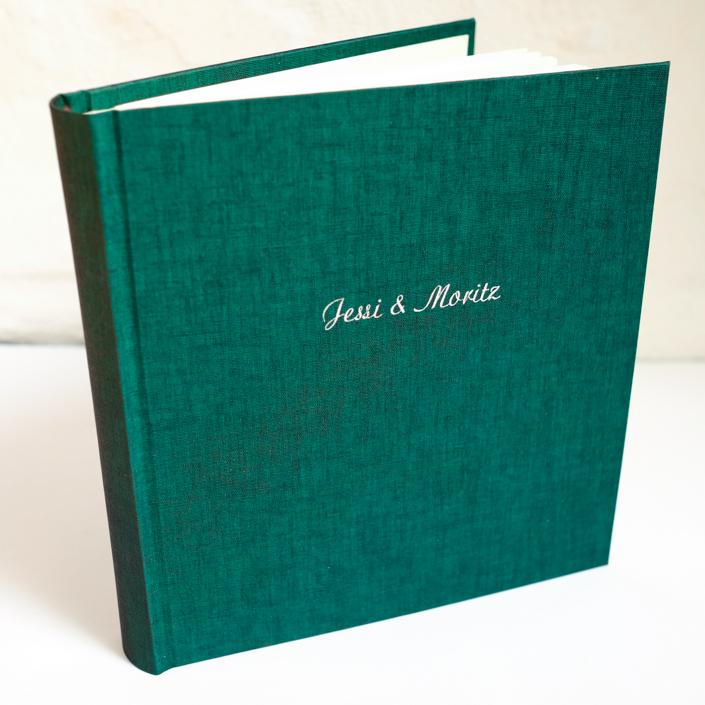 silberne Schreibschrift auf dunkelgrün