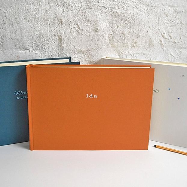 längliches Fotoalbum in Matt Orange mit weißer Prägung in Bold