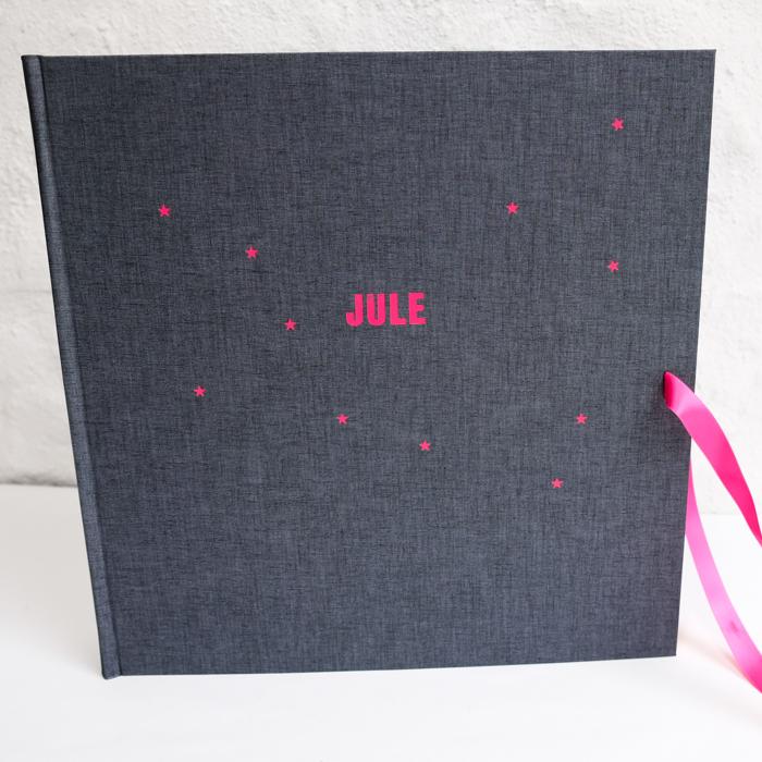 riesiges Album in lebendigem Dunkelgrau mit Prägung in fetter Typo pink und Sternchen in Pink
