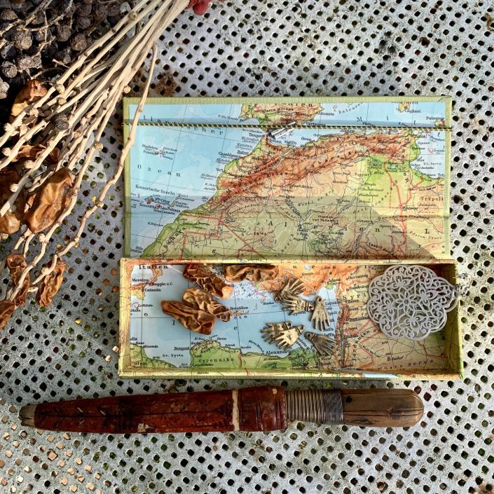Etui in Goldgelb mit Marokko & Mittelmeer