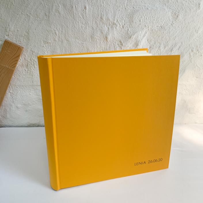 Großes Kinderfotoalbum in freundlichem Gelb.