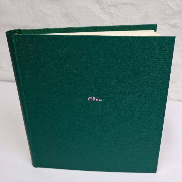 Rosane Kartenschrift auf Waldgrün.