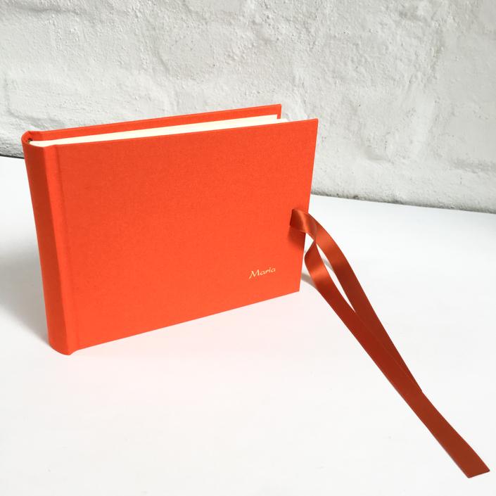 goldene Kartenschrift auf knalligem Orange