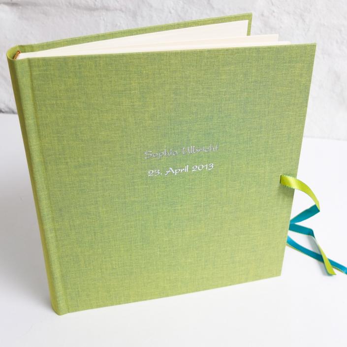 silberne Kartenschrift auf limette