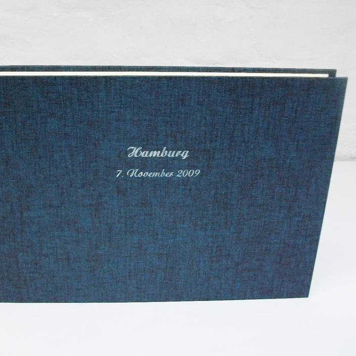 dunkelblau schimmerndes Fotoalbum mit silberner Schreibschrift