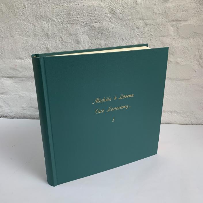 großes Fotoalbum in Rauchgrün mit goldener Schreibschrift (groß)