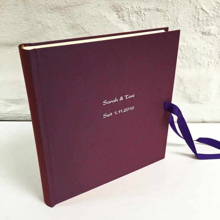 silber Kartenschrift auf Traube mit violetter Schleife