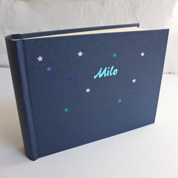 kleines festlich glänzendes Album mit farbigen Sternchen und 50er Jahre Typo