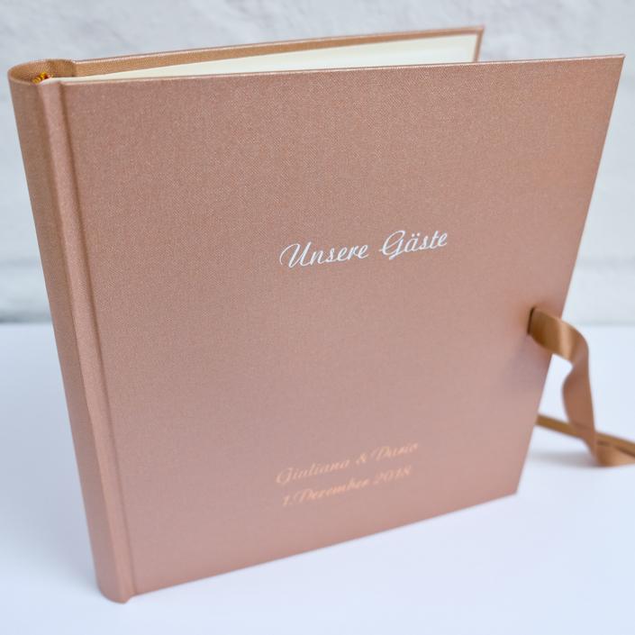 kupfernes Gästebuch mit weißer Prägung und kupferner Prägung in Schreibschrift