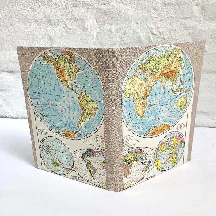 A4 Mappe mit preloved Weltkarte auf vintage Leinen