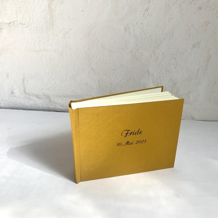 Kleines Kinderfotoalbum mit dunkelblauer Schreibschrift.