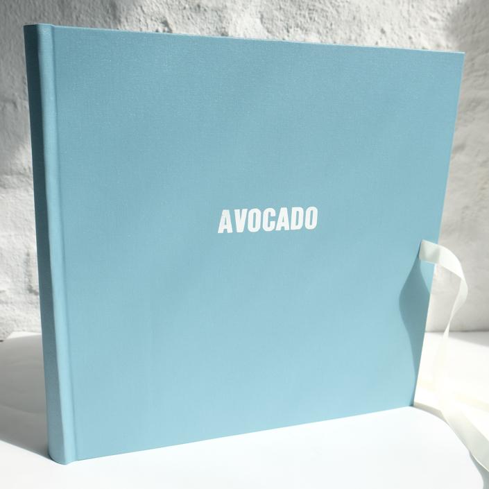 pastell hellblaues Album mit weißer Prägung (hier fette Typo extra lang, bitte fragen Sie für lange Zeilne an)