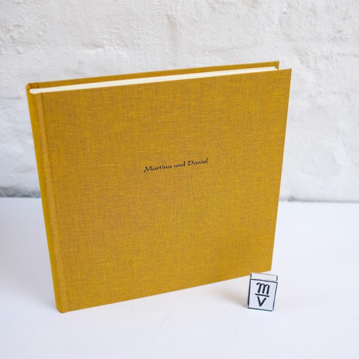 Fotoalbum in Safran mit Prägung in Kartenschrift (dunkelblau)
