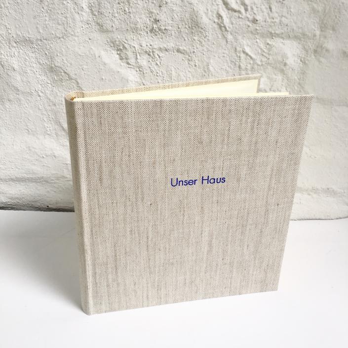 Unser Haus, unser Album. Indigo Futura auf Hafer leinen.