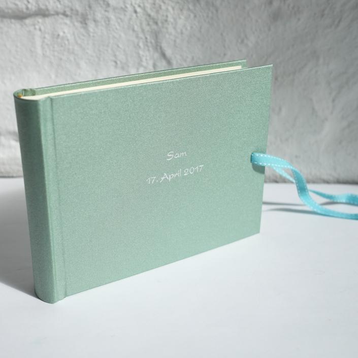 Kinderalbum in Jade mit silberner Kartenschrift
