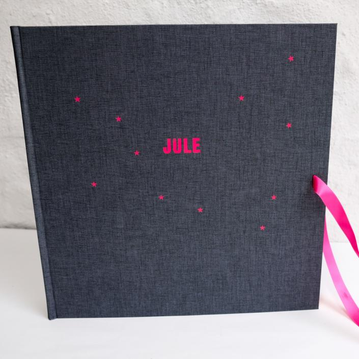 riesiges Fotoalbum in Dunkelgraufastschwarz mit Prägung in Pink