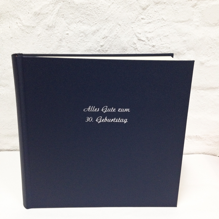 Fotoalbum in 31x31 in Nachtblau mit silberner Prägung in Schreibschrift