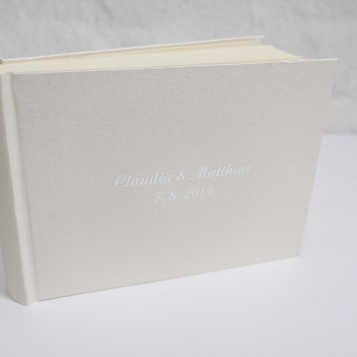 kleines Fotoalbum in Perle mit einer Prägung in weißer Schreibschrift