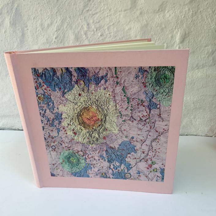 Fotoalbum in Rosa mit Karte vom Mond