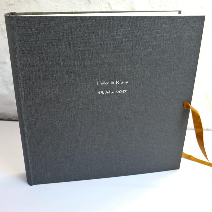 riesen Hochzeitsalbum in Pfeffer mit Prägung in Kartenschrift