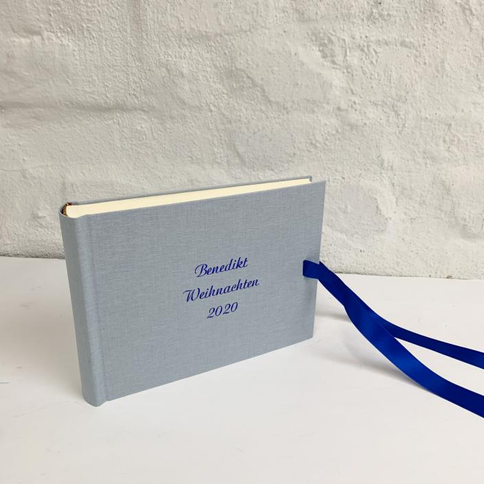 Kleines Fotoalbum in Washes Jeans mit indigo Prägung.