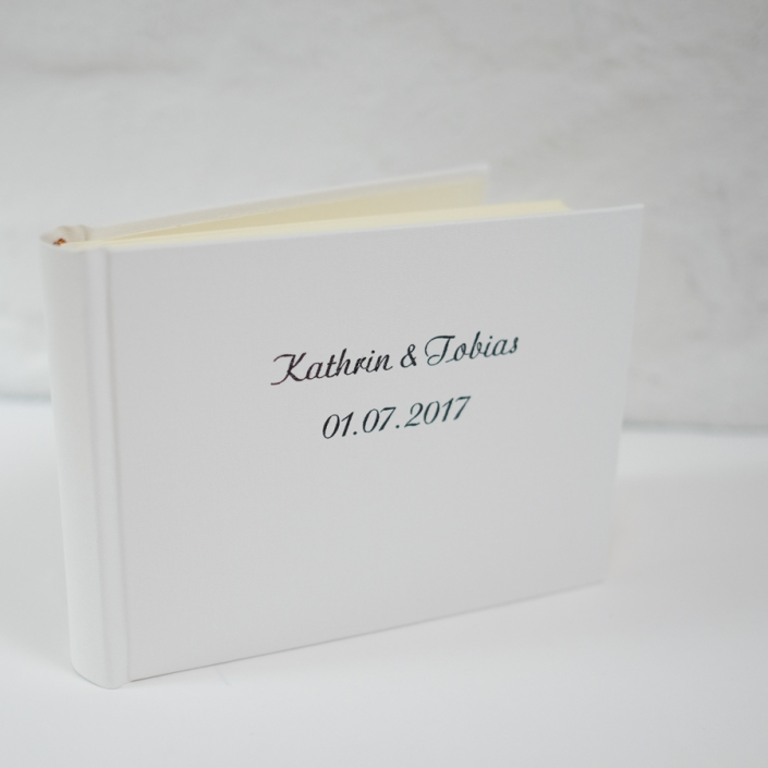 kleines weißes Hochzeitsalbum mit großer Schreibschrift in Grau