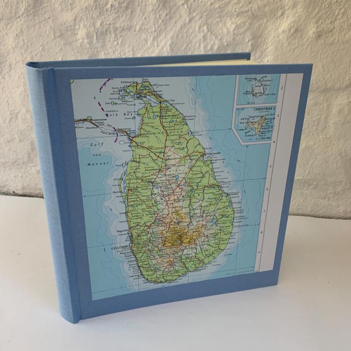 Fotoalbum in Hellblau mit Karte von Sri Lanka