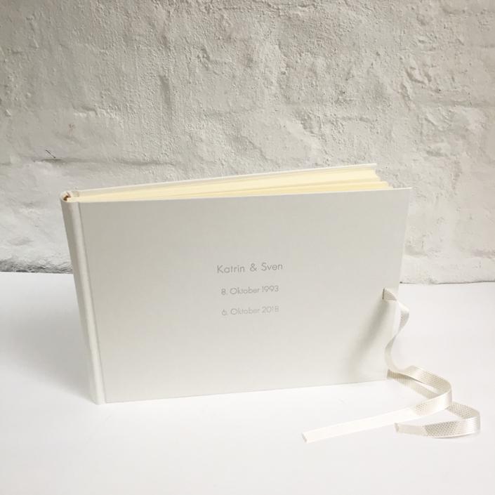 längliches Album in 24x35cm mit silberner Prägung in einer Futura