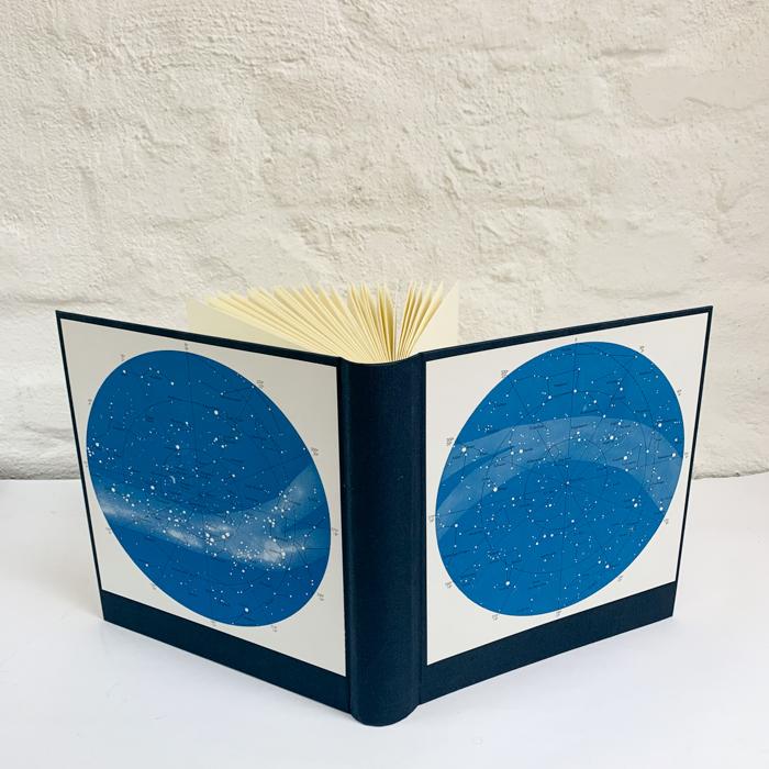 dunkelblaues Fotoalbum mit Sternenkarte