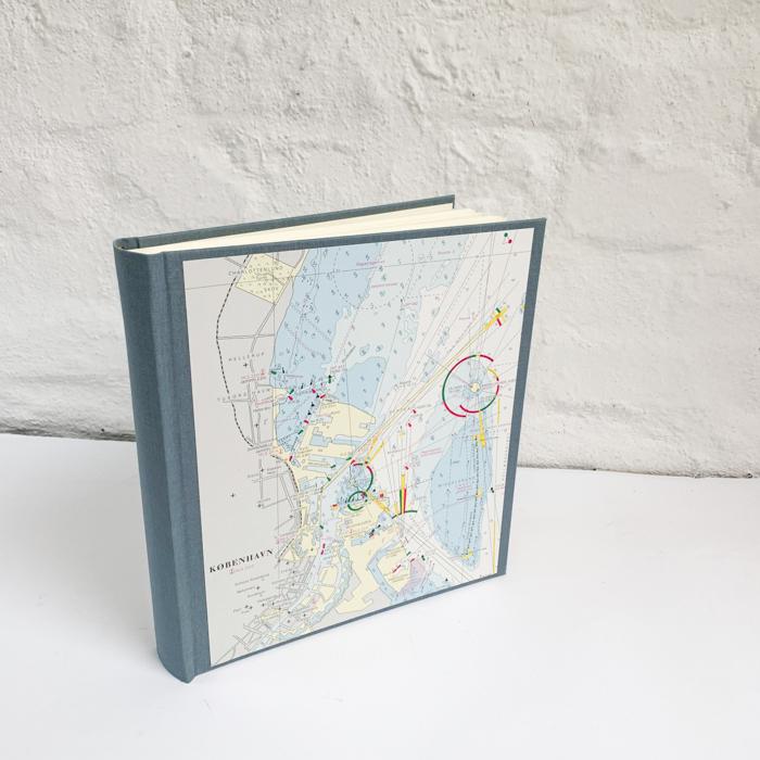 Fotoalbum mit Seekarte von Kopenhagen