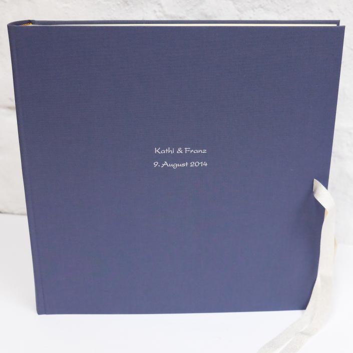 riesen Fotoalbum in Lavendel mit Prägung in Kartenschrift