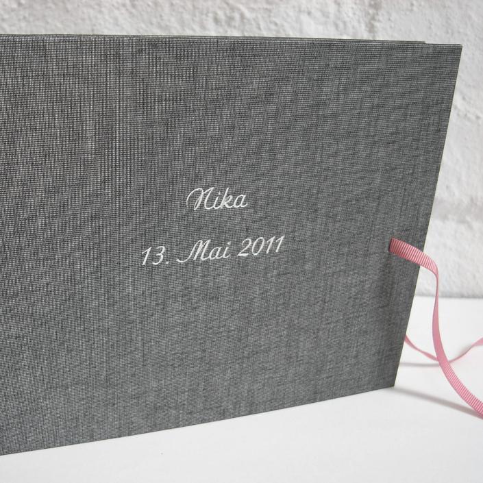 kleines graues Album aus Leinen mit Schleife
