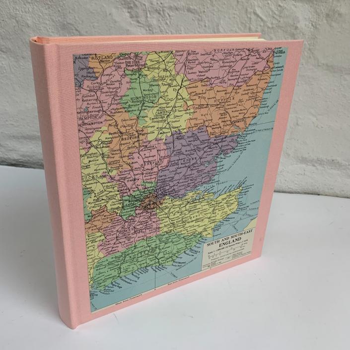 Fotoalbum in Rosa mit Karte von England in Pastelltönen