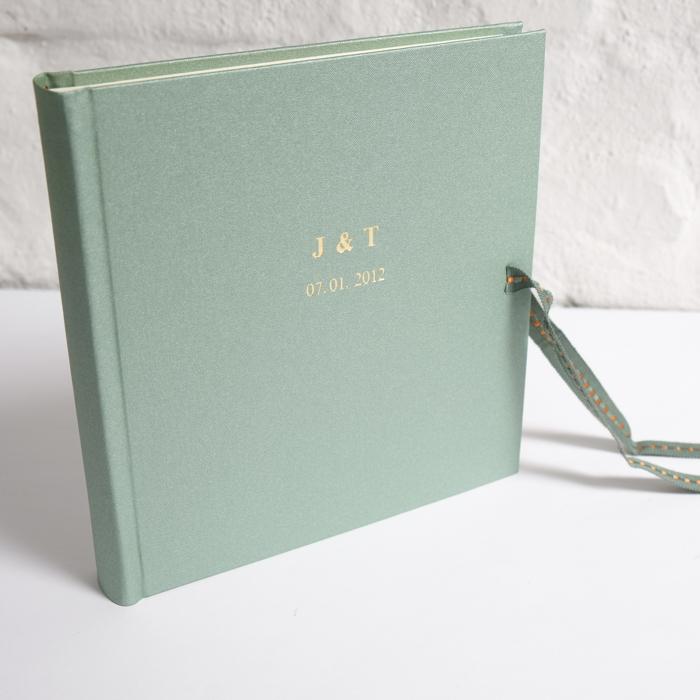 Hochzeitsalbum in Jade mit goldener Prägung in Times