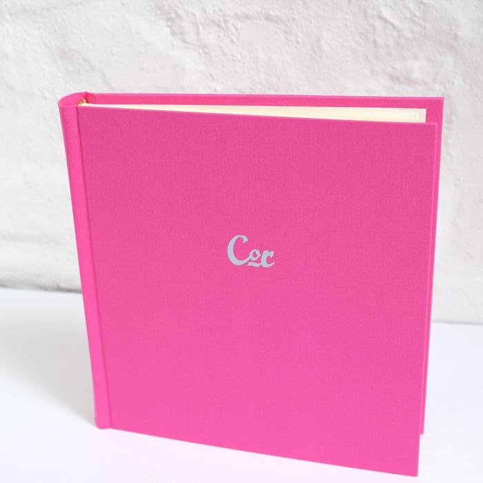 Fotoalbum in Pink mit hellgrauer Prägung.