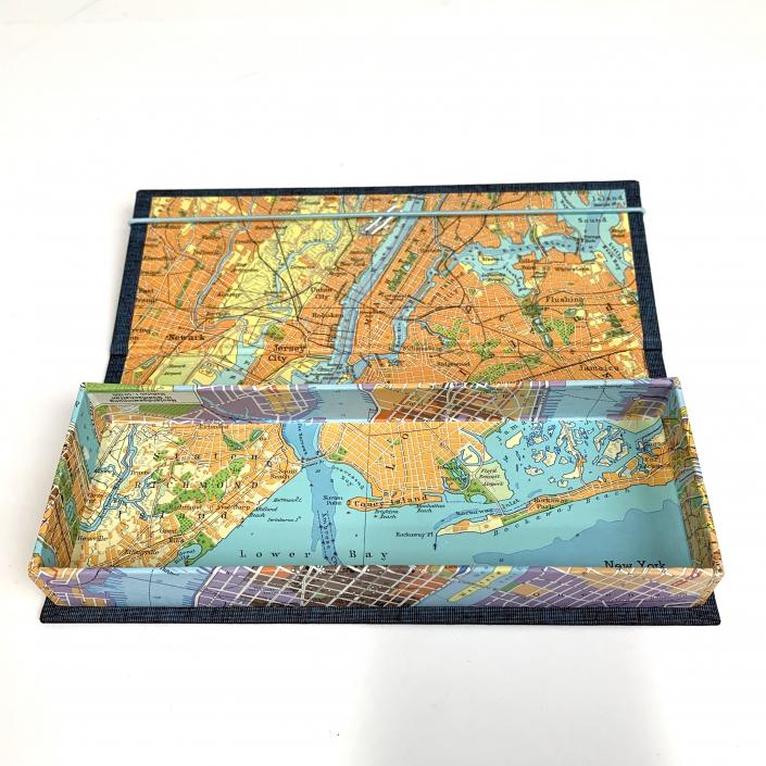 Stifte Etui aus einem alten Atlas, Pappe, Leim und dunkelblauem Gewebe