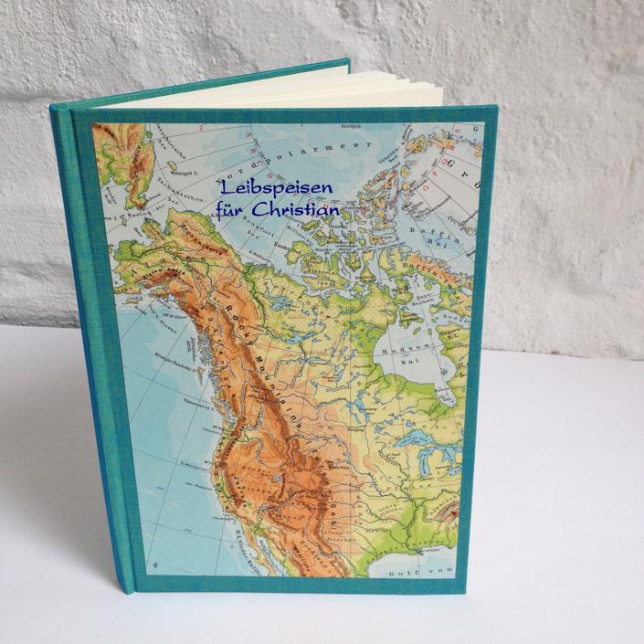 Kochbuch mit Wunschkarte, indigoblaue Prägung auf Nordamerika Karte