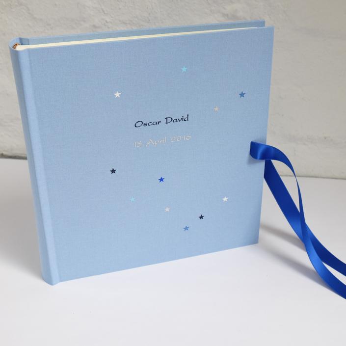 Kartenschrift in Dunkelblau und Silber mit blauer Schleife