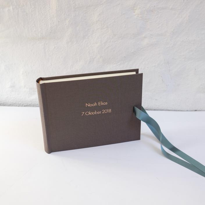 kleines taupe farbenes Fotoalbum mit Prägung in Kupfer