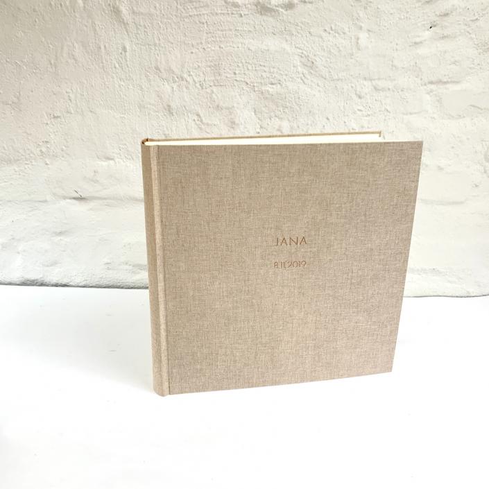 Großes Fotoalbum in 31x31 cm mit einem Bezug aus grobem Leinen (rostroter Unterfaden).