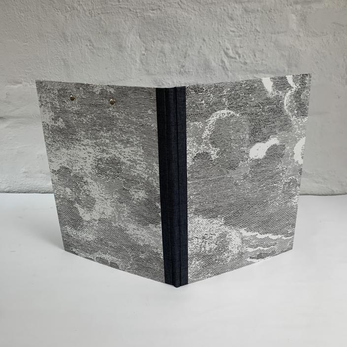 Mappe mit Wolken in Schwarz-Weiß