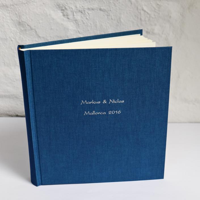 Meerblaues Hochzeitsalbum mit silberner Prägung in Kartenschrift
