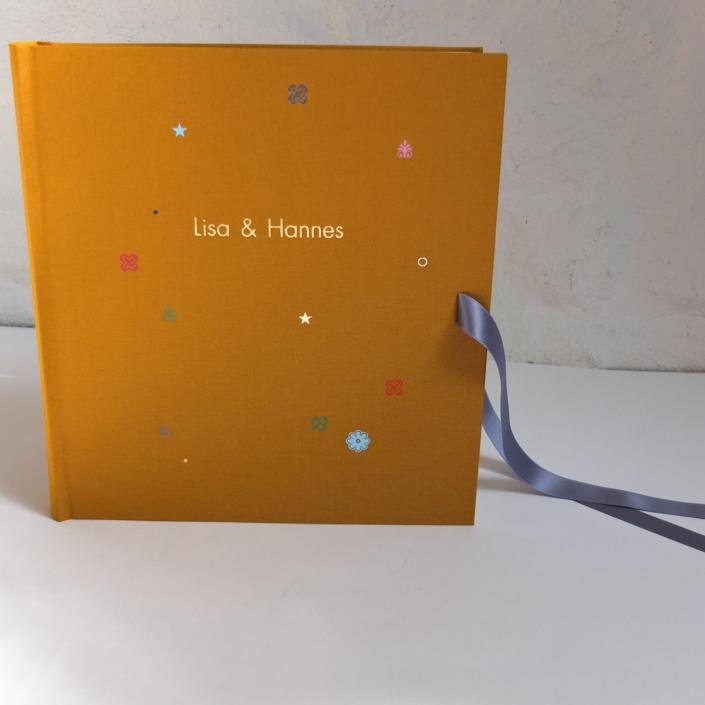goldene Futura mit bunten Blumen auf Senf