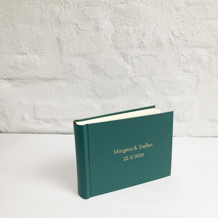 Kleines rauchgrünes Fotoalbum mit goldener Futura.