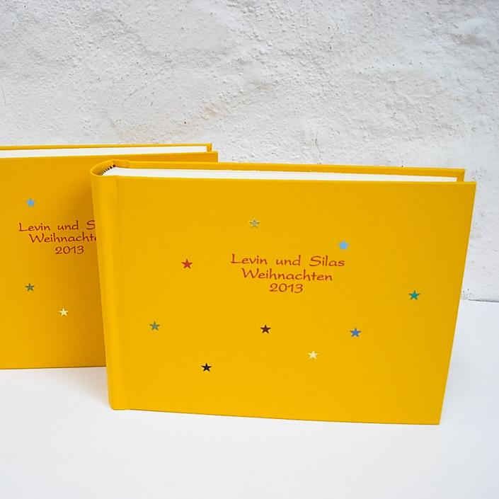 rote Kartenschrift auf Gelb mit bunten Sternchen