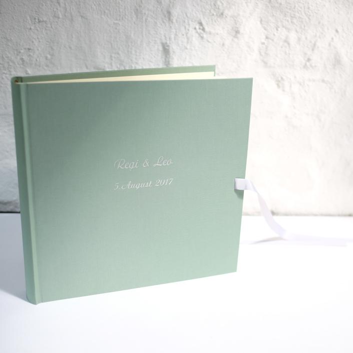 großes Fotoalbum in Mint-Frost mit silberner Prägung