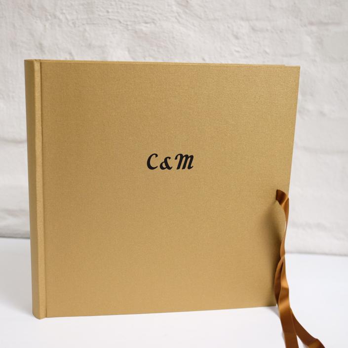 riesige schwarze Schreibschrift auf gold