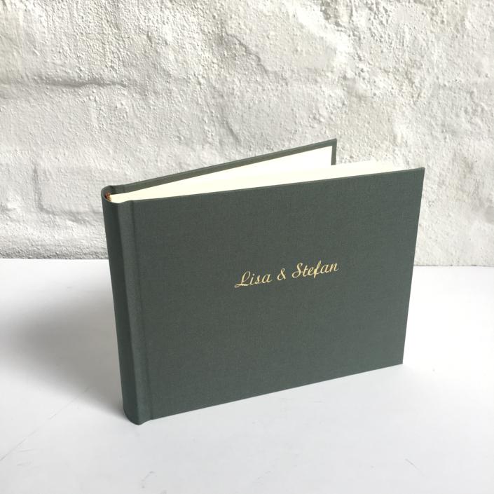 goldene Schreibschrift auf salbeigrün