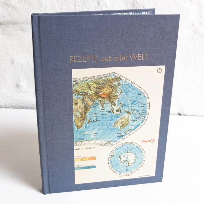 Kochbuch mit Rezeptregister und alter Weltkarte